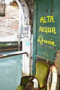 Secret, unmissable things to see in Venice: the most beautiful bookshop in the world. Libreria Alta Acqua.